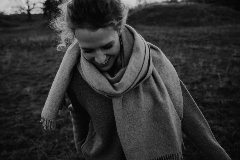 Lachende Frau im Herbst