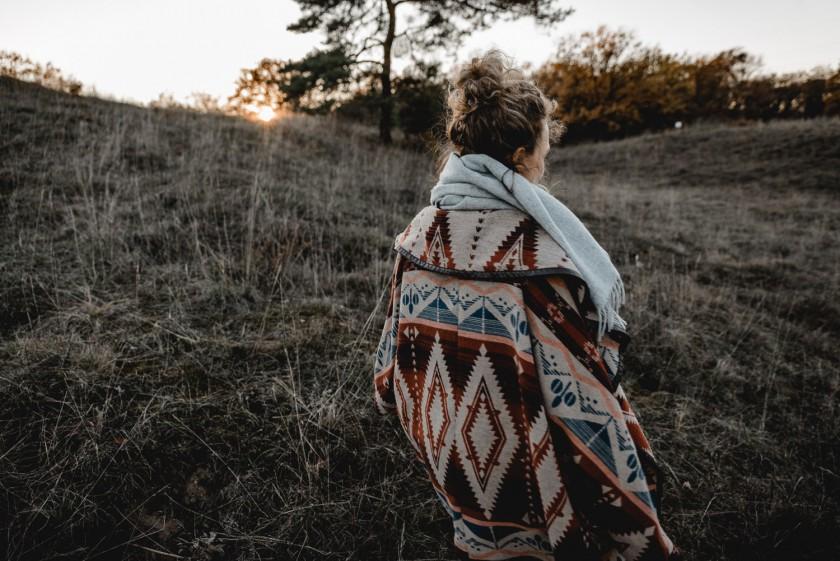 Frau vor einem Sonnenuntergang