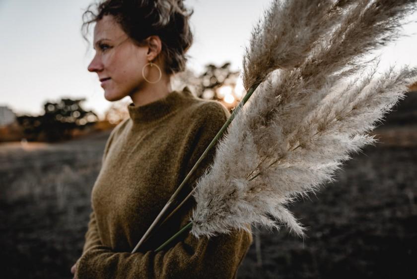 Frau mit Pampasgras im Feld